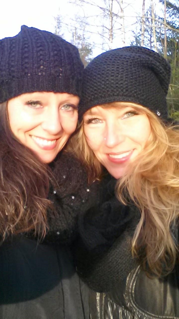 Annika och Vera med mössor på huvudet